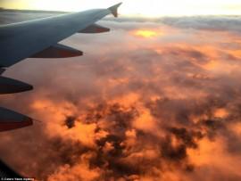 Vì sao nên bôi kem chống nắng ngay cả khi đi máy bay?