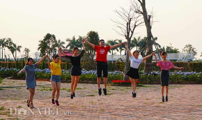 Description: Clip: Mê cung hoa lớn nhất Việt Nam đẹp như cổ tích ở Hà Nội - 11