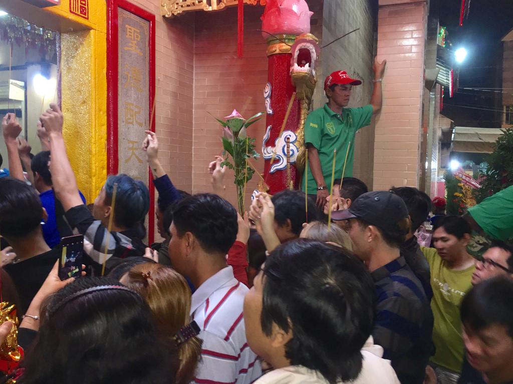 Trắng đêm dâng lễ chùa Bà Bình Dương ngày rằm tháng Giêng