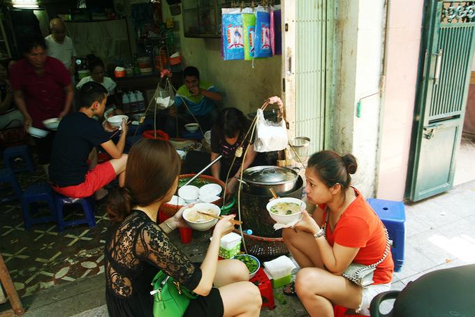 Description: Ba món ngon cho bữa trưa lang thang phố cổ Hà Nội