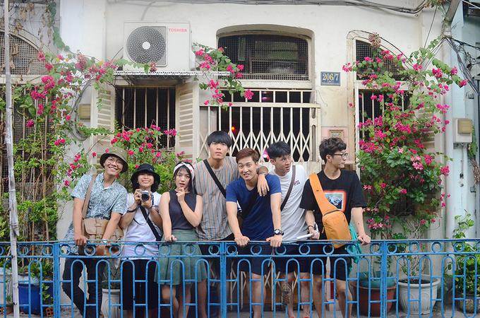 Description: Con hẻm trăm tuổi đậm chất Hong Kong giữa trung tâm Sài Gòn