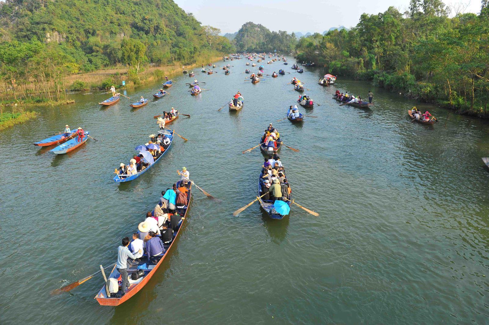 Chua Huong nam cach Ha Noi bao nhieu km