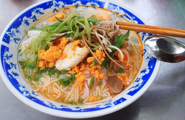 bún cá trong btas, thịt cá trắng, nước lèo màu cảm đỏ, rau