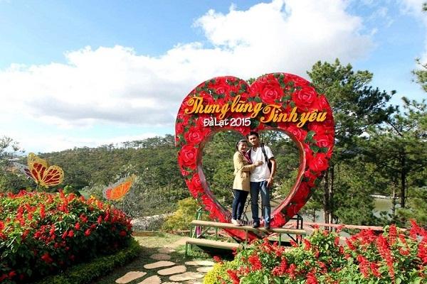 Thung lũng Tình Yêu thu hút du khách đến tham quan, chụp hình lưu niệm