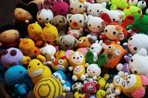 Những sản phẩm len dễ thương được bày bán ở chợ Đà Lạt