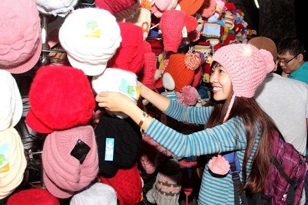 Du khách mua sắm nón len ở chợ đêm Đà Lạt