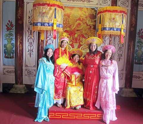 Du khách được mặc thử những bộ trang phục cung đình đẹp mắt tại bảo tàng