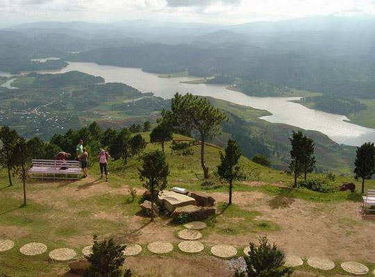 Du lịch Đà Lạt leo lên đỉnh Langbiang để ngắm cảnh sắc núi non hùng vĩ
