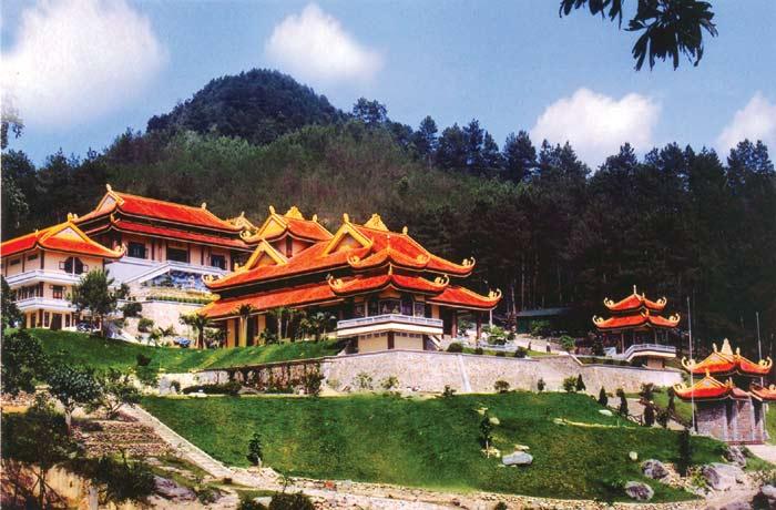 Khung cảnh thanh tĩnh bên trong Thiền viện Trúc Lâm Đà Lạt