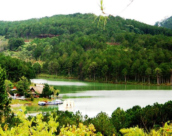 Hồ Tuyền Lâm là một hồ nước ngọt nhân tạo với nhiên cảnh hữu tình