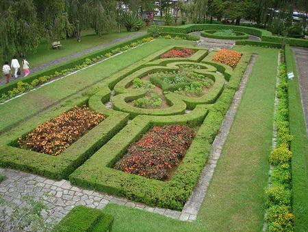 Trước và sau khuôn viên Dinh III đều có vườn hoa