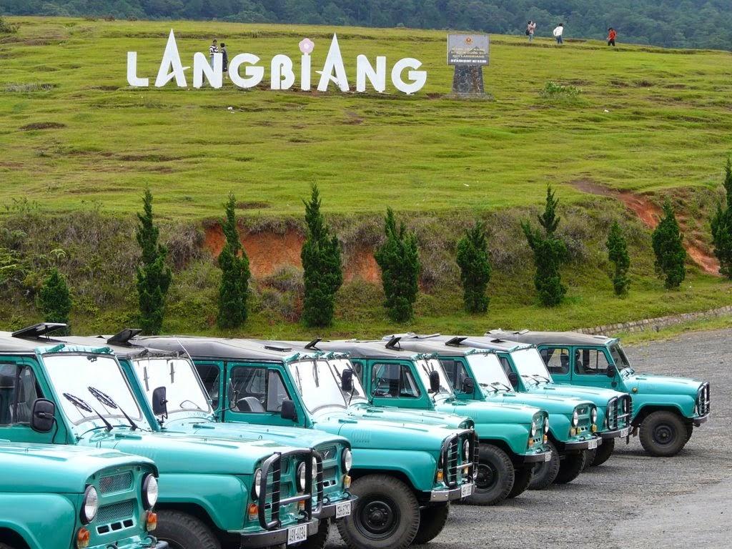 Đi xe jeep là một hình thức phổ biến cho du khách chinh phục Langbiang