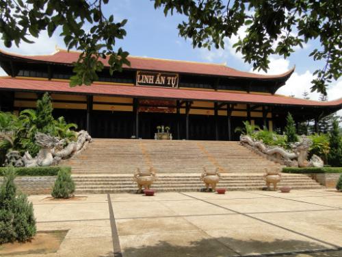 Chùa Linh Ẩn được xem là ngôi chùa đẹp nhất ngoại ô Đà Lạt.