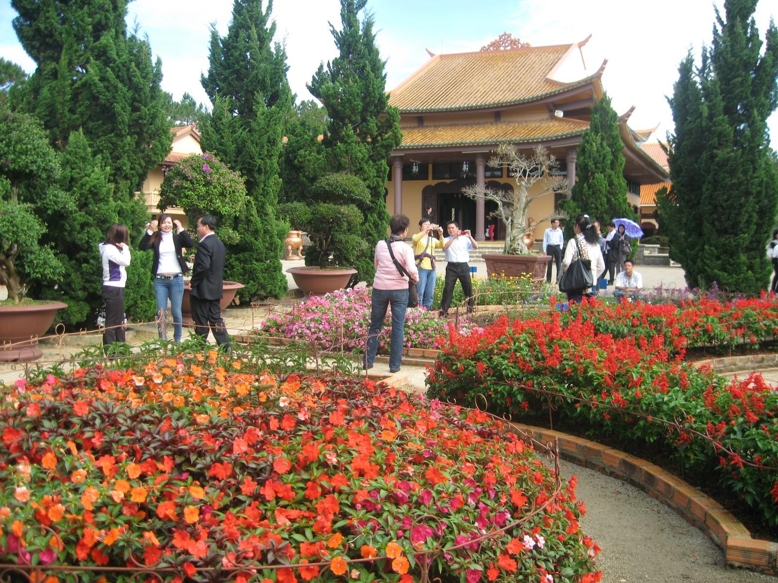 Khách du lịch đến tham quan thiền viện Trúc Lâm và chụp ảnh làm kỷ niệm