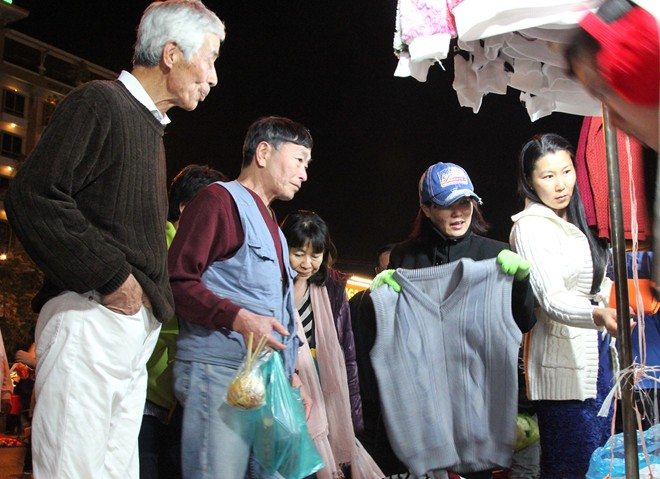 Du khách dạo tham quan và mua sắm ở chợ đêm Đà Lạt