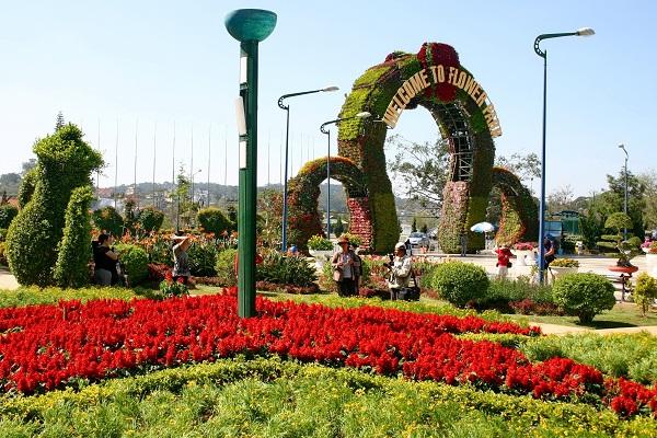Cổng hoa Đà Lạt hình vòm được xếp từ nhiều chậu hoa